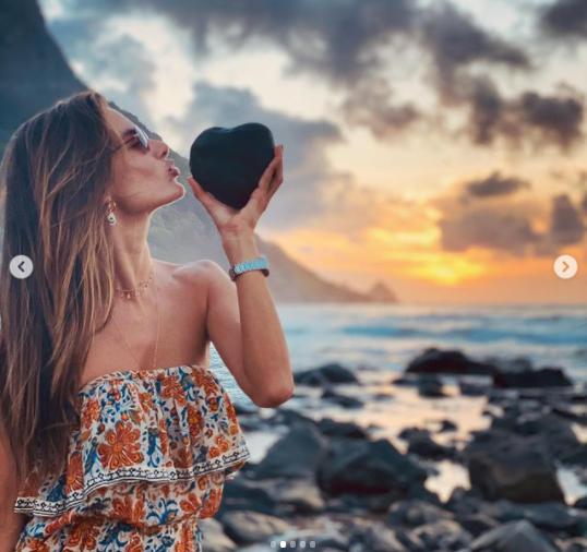 Siêu mẫu Alessandra Ambrosio mặc bra khoe eo săn chắc, tay trong tay trai lạ ảnh 9