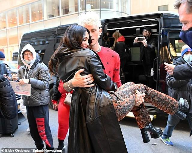 Megan Fox mặc cực sành điệu, khoe eo thon ra phố ảnh 5