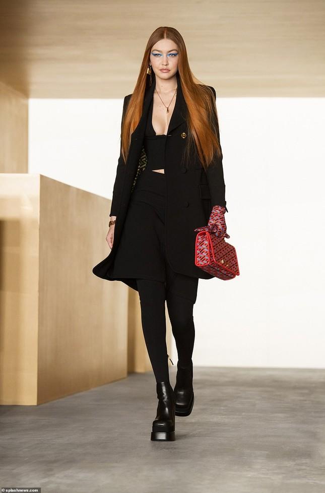Siêu mẫu Nga Irina Shayk đẹp như nữ thần trên đường băng của Versace ảnh 11