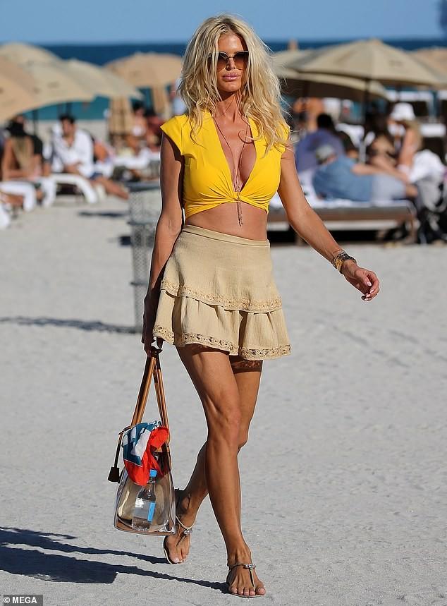 Hoa hậu Thụy Điển Victoria Silvstedt khoe dáng 'bốc lửa' ở tuổi U50 ảnh 2