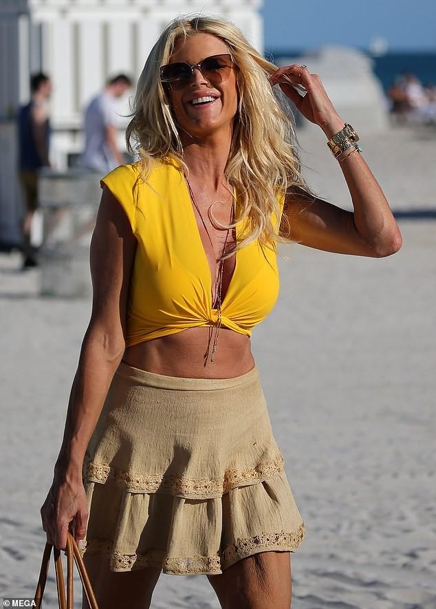 Hoa hậu Thụy Điển Victoria Silvstedt khoe dáng 'bốc lửa' ở tuổi U50 ảnh 3