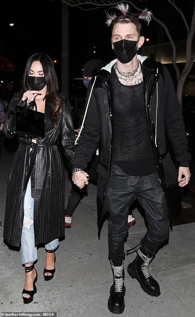 Megan Fox dính như sam tình trẻ kém 4 tuổi, nắm chặt tay nhau đi hẹn hò đêm ảnh 1
