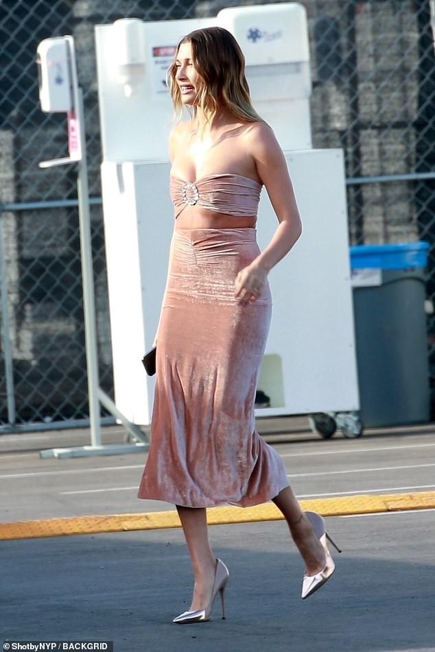 Bà xã của Justin Bieber mặc váy ôm sát, 'o ép' vòng một ảnh 1
