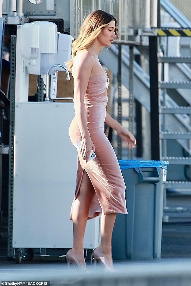 Bà xã của Justin Bieber mặc váy ôm sát, 'o ép' vòng một ảnh 2