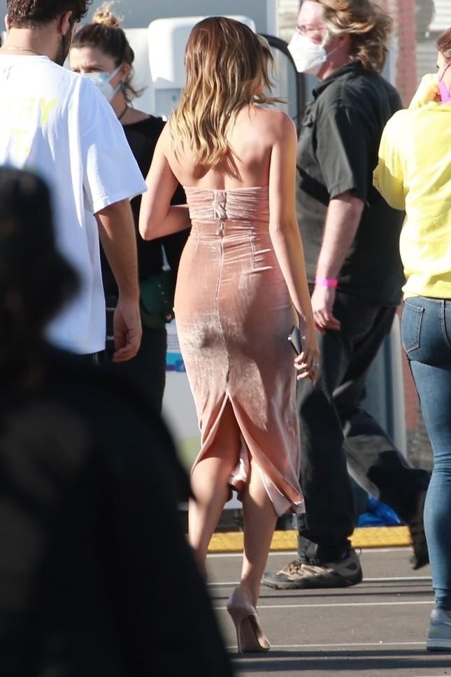 Bà xã của Justin Bieber mặc váy ôm sát, 'o ép' vòng một ảnh 3