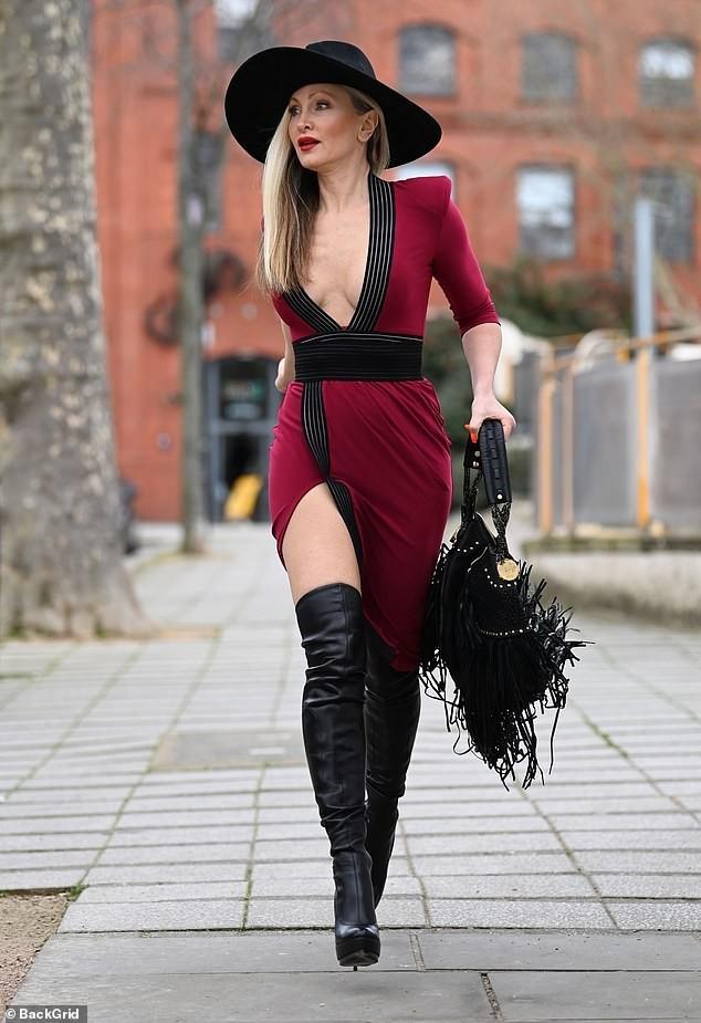 Mẫu 50 tuổi Caprice Bourret mặc váy xẻ đến eo táo bạo ảnh 2