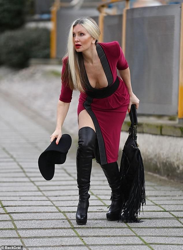 Mẫu 50 tuổi Caprice Bourret mặc váy xẻ đến eo táo bạo ảnh 3