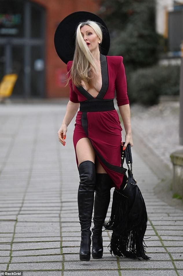 Mẫu 50 tuổi Caprice Bourret mặc váy xẻ đến eo táo bạo ảnh 4