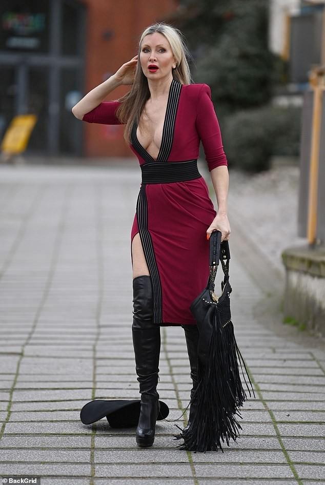 Mẫu 50 tuổi Caprice Bourret mặc váy xẻ đến eo táo bạo ảnh 5