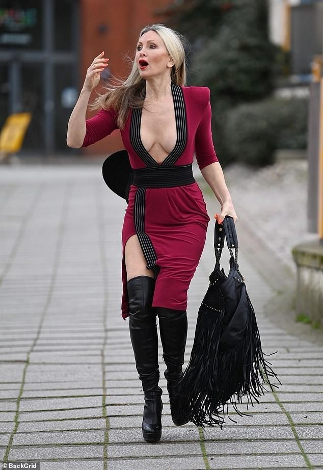 Mẫu 50 tuổi Caprice Bourret mặc váy xẻ đến eo táo bạo ảnh 1
