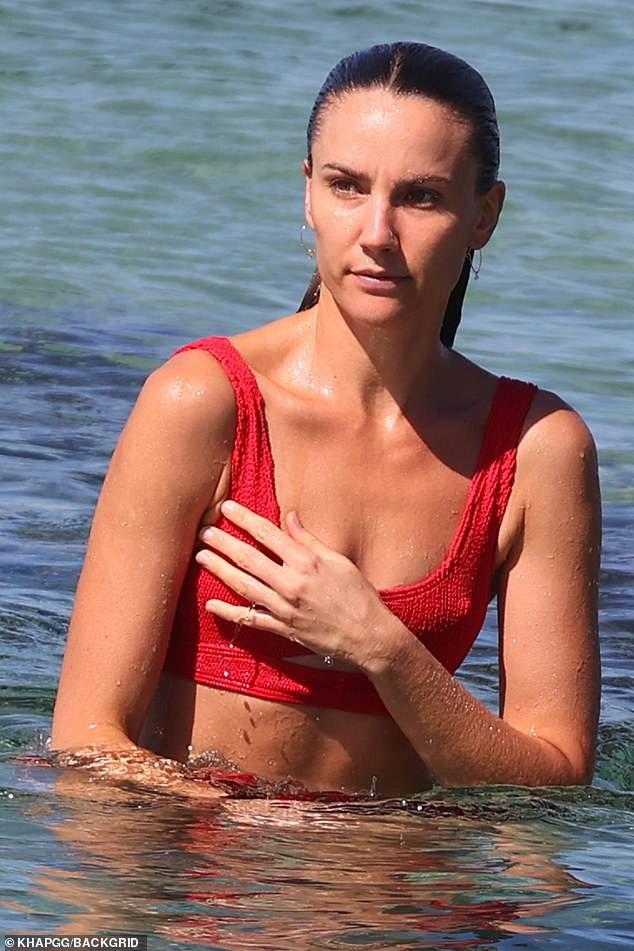 Sau cắt bỏ túi ngực, Hoa hậu hoàn vũ Úc Rachael Finch khoe dáng với áo tắm ảnh 2