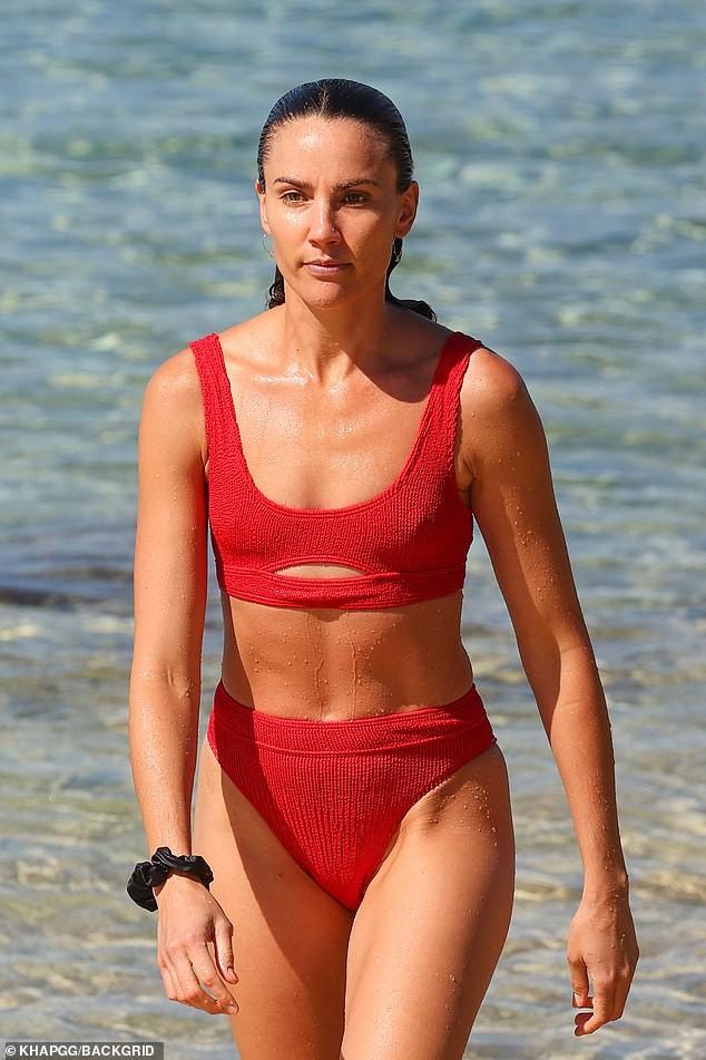 Sau cắt bỏ túi ngực, Hoa hậu hoàn vũ Úc Rachael Finch khoe dáng với áo tắm ảnh 5