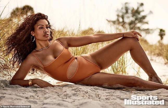 Sắc vóc nóng bỏng của mẫu chuyển giới da màu đầu tiên lên Sports Illustrated Swimsuit ảnh 1