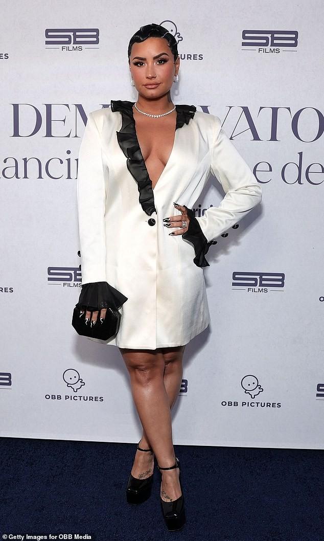 Demi Lovato mặc xẻ ngực táo bạo ảnh 1