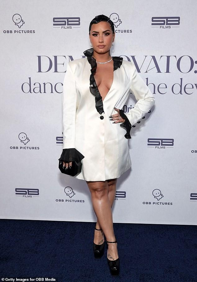 Demi Lovato mặc xẻ ngực táo bạo ảnh 2