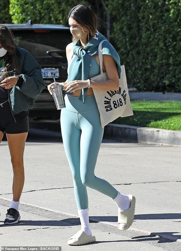 'Siêu mẫu đắt giá nhất thế giới' mặc đồ tập, khoe thân hình thon nuột nổi bật trên phố ảnh 1