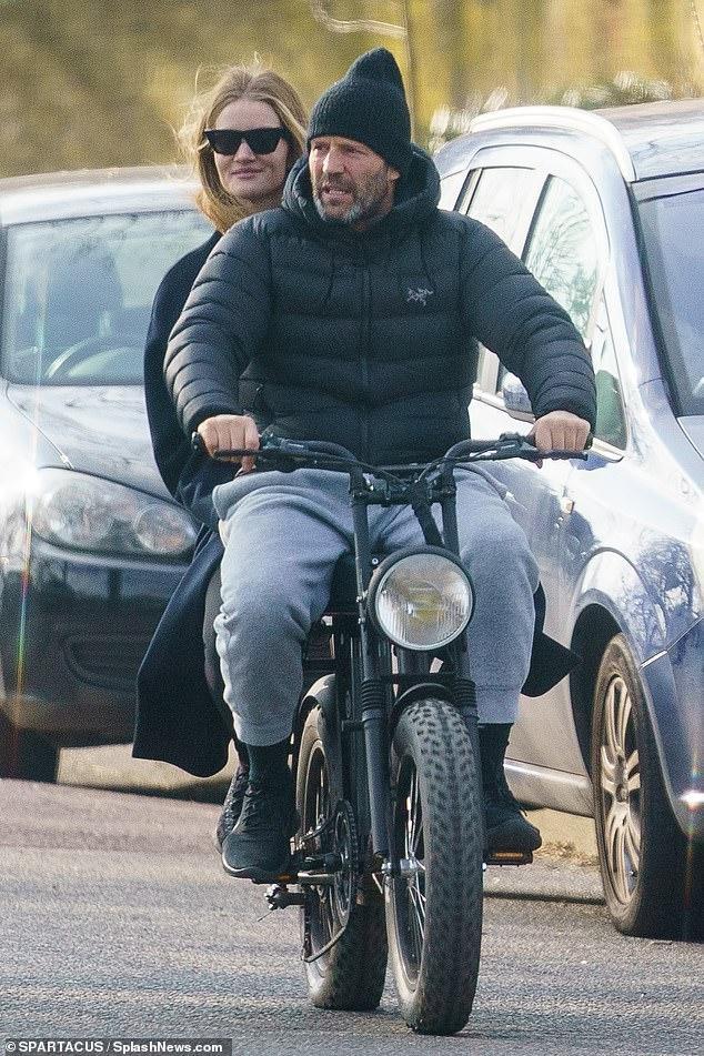 'Người vận chuyển' Jason Statham đèo bạn gái bằng xe đạp điện trên phố gây chú ý ảnh 1