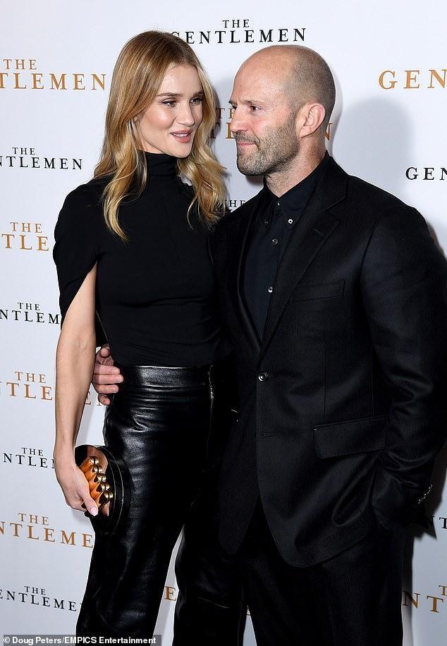 'Người vận chuyển' Jason Statham đèo bạn gái bằng xe đạp điện trên phố gây chú ý ảnh 8