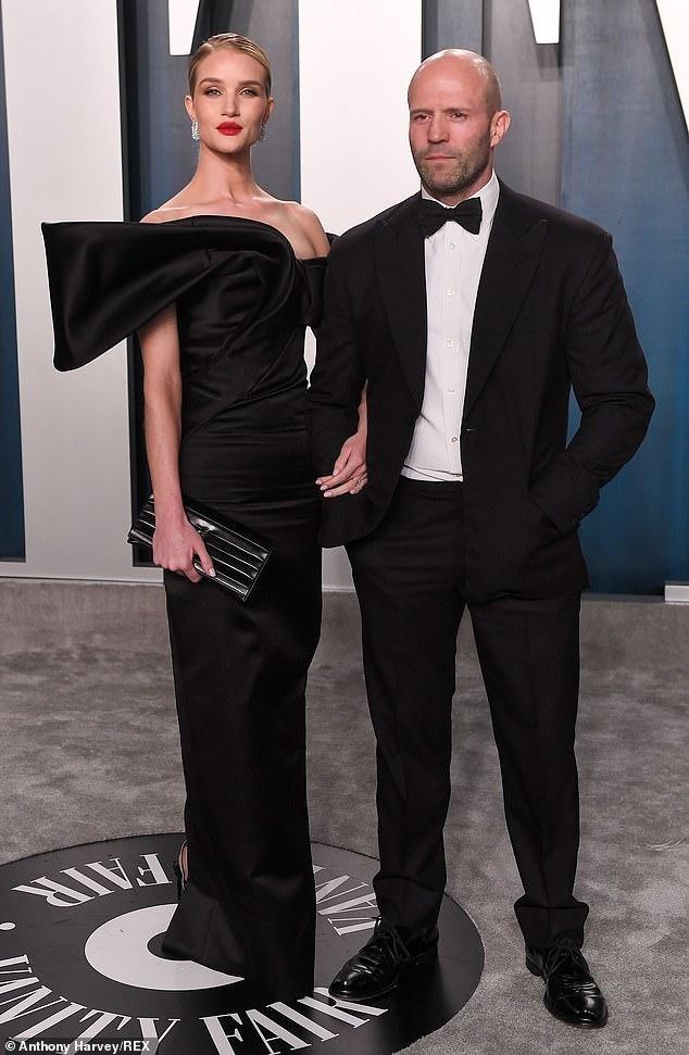 'Người vận chuyển' Jason Statham đèo bạn gái bằng xe đạp điện trên phố gây chú ý ảnh 7