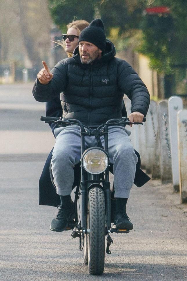 'Người vận chuyển' Jason Statham đèo bạn gái bằng xe đạp điện trên phố gây chú ý ảnh 3
