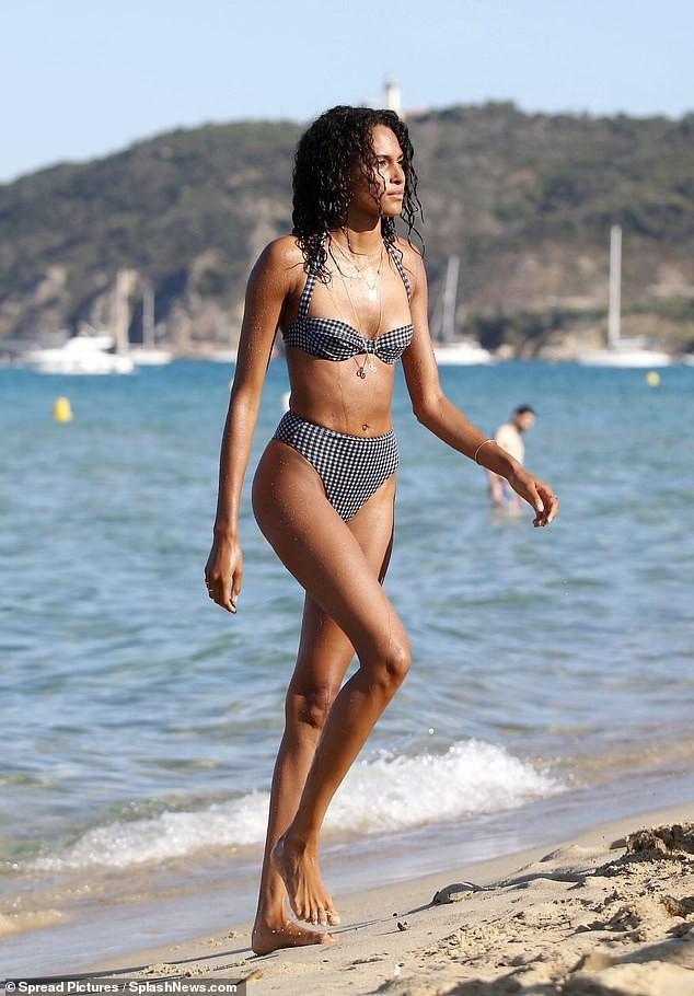 Siêu mẫu Cindy Bruna bán nude táo bạo ảnh 9