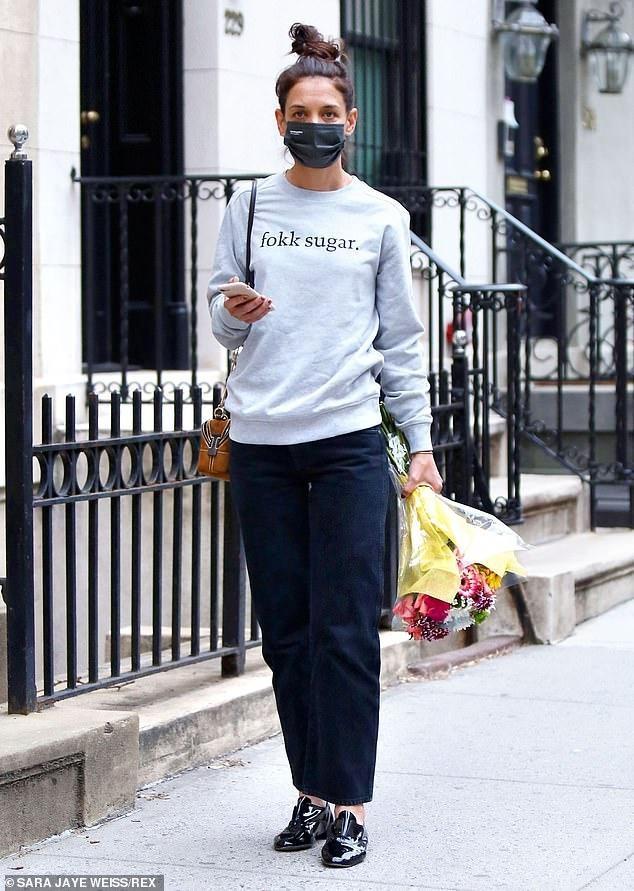 Katie Holmes lẻ loi ra phố, gần một tháng không hẹn hò bạn trai kém 9 tuổi ảnh 1
