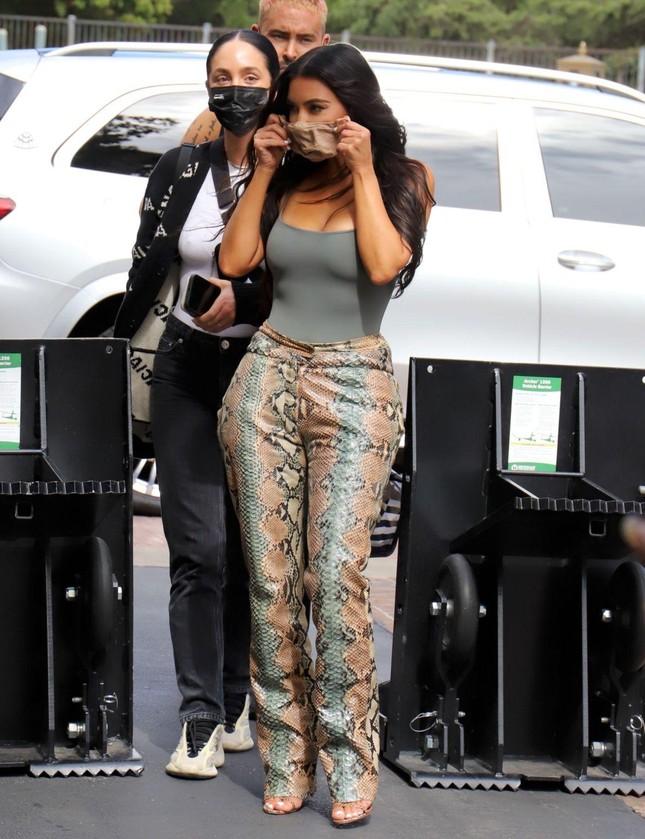 Giữa 'bão' ly hôn, Kim Kardashian vẫn miệt mài kinh doanh và không ngừng đăng ảnh gợi cảm ảnh 5