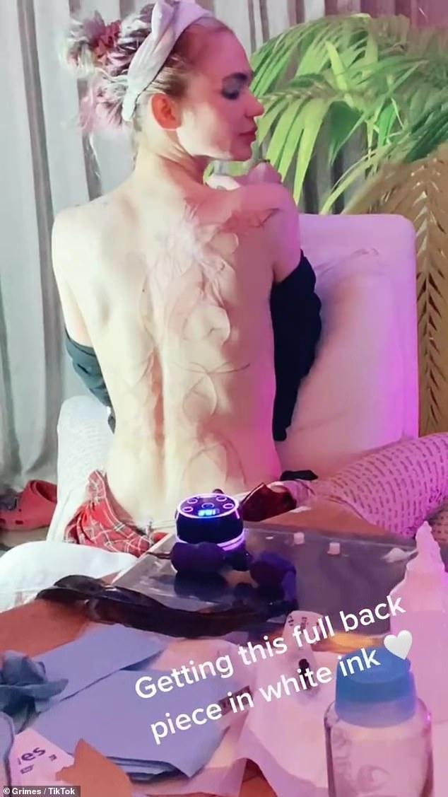 Bạn gái tỷ phú Elon Musk khoe hình xăm kín lưng ảnh 1