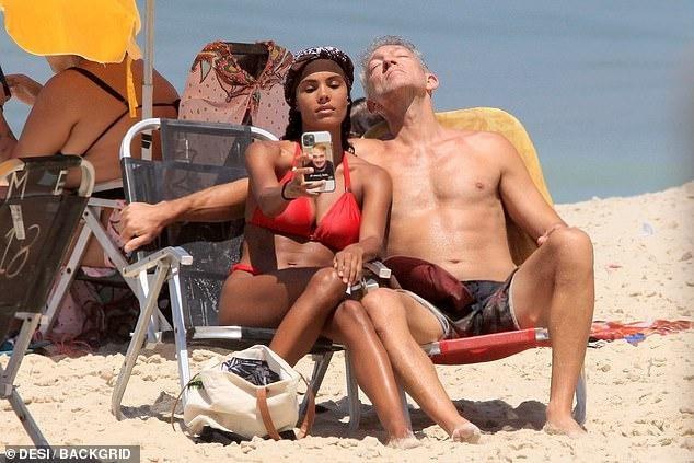Tài tử Vincen Cassel đi biển với vợ người mẫu kém 30 tuổi ảnh 3
