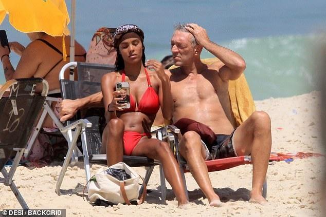 Tài tử Vincen Cassel đi biển với vợ người mẫu kém 30 tuổi ảnh 1