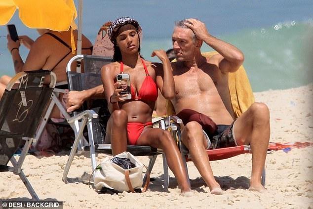 Tài tử Vincen Cassel đi biển với vợ người mẫu kém 30 tuổi ảnh 5
