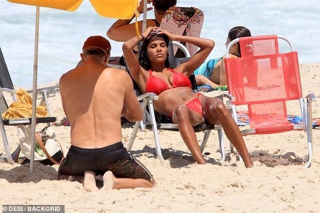 Tài tử Vincen Cassel đi biển với vợ người mẫu kém 30 tuổi ảnh 2