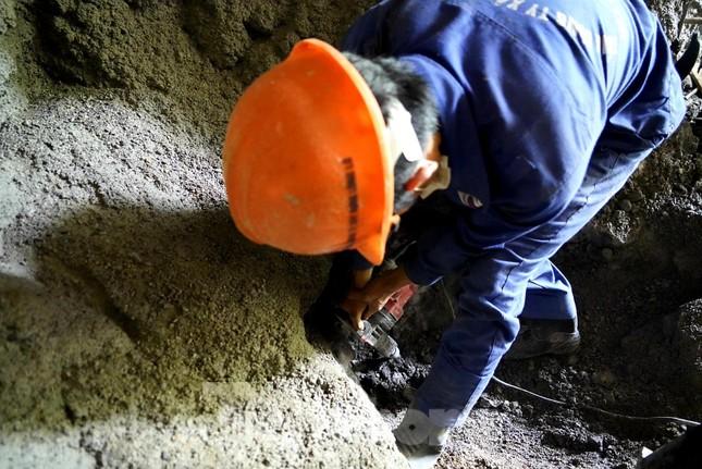 Trên công trường đường hầm xuyên núi đá vịnh Hạ Long ảnh 11