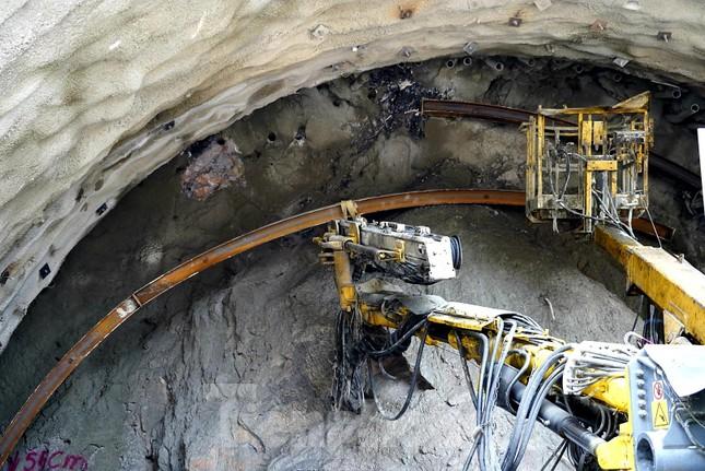 Trên công trường đường hầm xuyên núi đá vịnh Hạ Long ảnh 9
