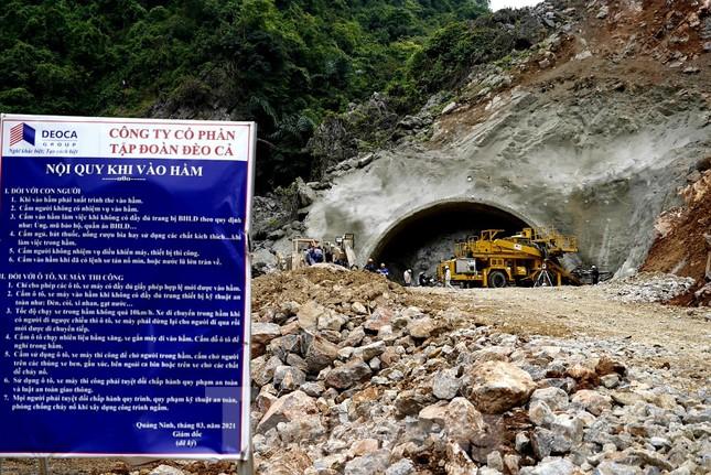Trên công trường đường hầm xuyên núi đá vịnh Hạ Long ảnh 8