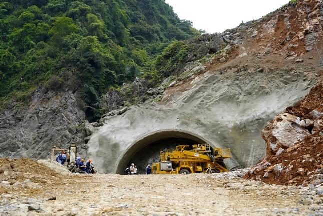 Trên công trường đường hầm xuyên núi đá vịnh Hạ Long ảnh 1