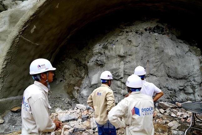 Trên công trường đường hầm xuyên núi đá vịnh Hạ Long ảnh 2