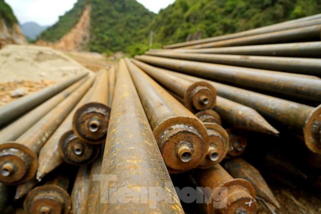 Trên công trường đường hầm xuyên núi đá vịnh Hạ Long ảnh 5