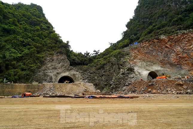 Trên công trường đường hầm xuyên núi đá vịnh Hạ Long ảnh 13