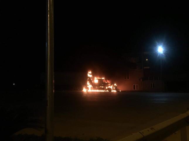 Khiếp hãi khi xe container bốc cháy cạnh cây xăng ảnh 1