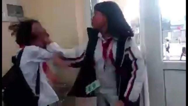 Đình chỉ hiệu trưởng, giáo viên chủ nhiệm vụ học sinh đánh bạn ngay trong lớp ảnh 2