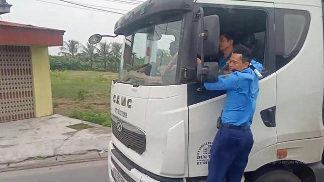 Thót tim cảnh thanh tra giao thông 'đánh đu' trên xe tải chạy tốc độ cao ảnh 1