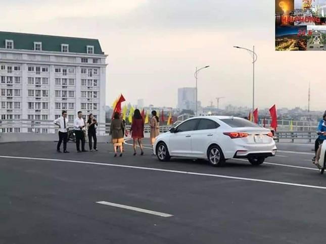 Người dân vô tư đỗ xe 'check in' trên cây cầu hiện đại nhất Hải Phòng ảnh 6