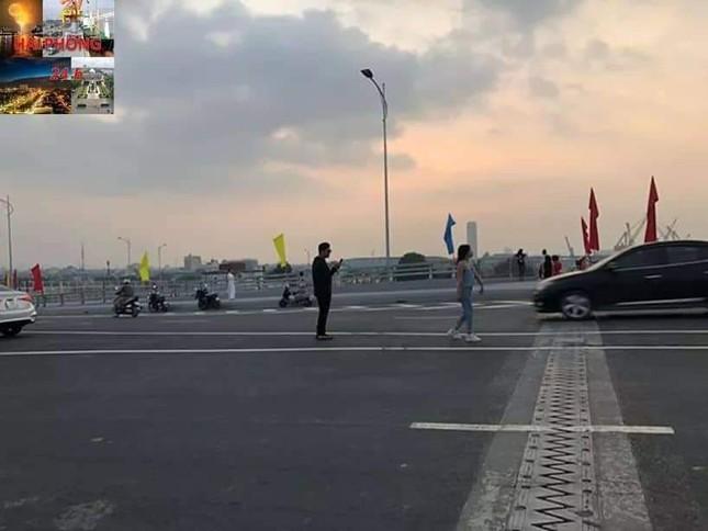 Người dân vô tư đỗ xe 'check in' trên cây cầu hiện đại nhất Hải Phòng ảnh 7