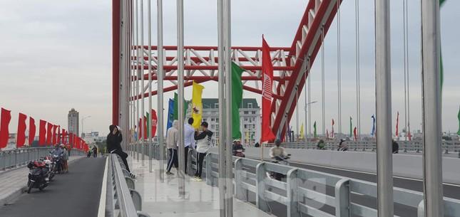Người dân vô tư đỗ xe 'check in' trên cây cầu hiện đại nhất Hải Phòng ảnh 1