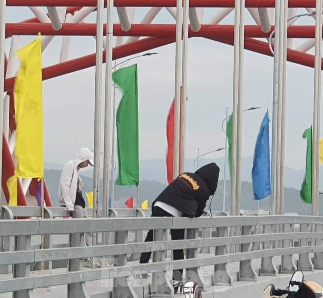 Người dân vô tư đỗ xe 'check in' trên cây cầu hiện đại nhất Hải Phòng ảnh 2