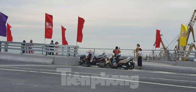 Người dân vô tư đỗ xe 'check in' trên cây cầu hiện đại nhất Hải Phòng ảnh 3