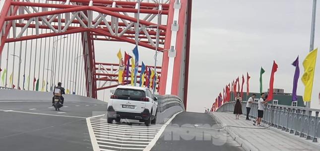 Người dân vô tư đỗ xe 'check in' trên cây cầu hiện đại nhất Hải Phòng ảnh 4