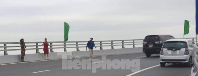 Người dân vô tư đỗ xe 'check in' trên cây cầu hiện đại nhất Hải Phòng ảnh 5
