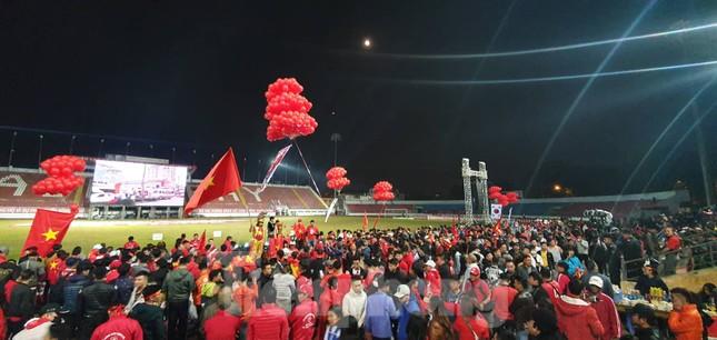 Pháo sáng xuất hiện ở Lạch Tray sau bàn thắng của Văn Hậu ảnh 1